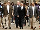 Oscar Pistorius (uprostřed) přichází k soudu v jihoafrické Pretorii (9. dubna...