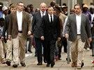 Oscar Pistorius (uprost�ed) p�ich�z� k soudu v jihoafrick� Pretorii (9. dubna...
