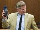 Obhájce Jack Carroll s vražednou zbraní - modrým semišovým střevícem (Texas, 8....