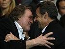 DVA NOSÁČI SLEDUJÍ FOTBAL. Herec Gerard Depardieu a bývalý francouzský