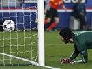 PŘEKONANÝ ČECH. Brankář Chelsea inkasuje gól od Ezequiela Lavezzi z Paris St.