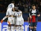 VYROVNÁNO. Fotbalisté Chelsea se radují z gólu Edena Hazarda do sítě Paříže.