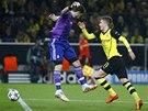 TO BUDE GÓL. Marco Reus z Dortmundu (vpravo) obíhá Ikera Casillase, brankáře