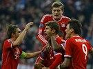 OBRAT SKÓRE. Fotbalisté Bayernu Mnichov se radují z gólu Thomase Müllera (dole