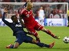 FAUL ZA ŽLUTOU KARTU. Patrice Evra z Manchesteru United posílá k zemi Arjena