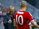 JSI JEDNI�KA. Pep Guardiola, tren�r Bayernu Mnichov, chv�l� Arjena Robbena za