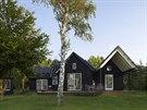 V domě o víkendech a prázdninách bydlí manželé  Carsten a Rikke Christensenovi...