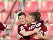 Sparťanští fotbalisté slaví jeden z gólů Davida Lafaty v pohárovém zápase s...