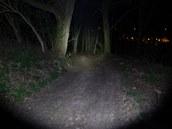 Světelný kužel je široký, přesto dokáže osvětlit i místa daleko od vás.