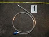 Tuto hadici tři výrostci použili, aby vozíčkáře povalili na zem.