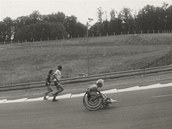 Běžci zdolávali maraton ve dvojicích nebo větších skupinách, vozíčkáři většinou
