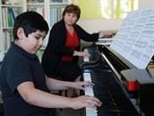 Mlad� a nad�jn� klav�rista Radek Bag�r se svou u�itelkou Jelenou Kapitula.
