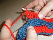 Rozpletení třech sloupků - krok 2: Do toho samého oka uháčkujete další...