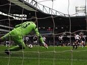 Steven Gerrard z Liverpoolu st��l� penaltu, brank�� West Hamu Adri�n se vrh� na