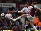 Jordan Henderson z Liverpoolu a Andy Carroll z West Hamu (vpravo) bojuj� o m��.