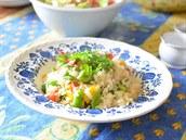 Jeden z obědů - rýžový salát se zeleninou.