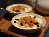 Sladká svačina - šlehaný dezert s jablky a skořicí.