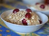 Jogurt s ovesnými vločkami a ovocem