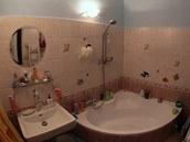 Koupelna s rohovou vanou - ta není příliš praktická, zabírá zbytečně hodně