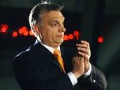 Maďarský premiér Viktor Orbán tleská při pohledu na výsledky parlamentních...