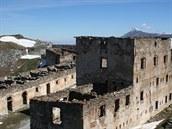 Trosky kasáren vedle ústřední pevnosti. Výstavba pevnostní linie probíhala v...