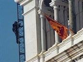 Policista na snímku z roku 1997 šplhá na benátskou Kampanelu, kde vlaje vlajka...