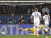 VYROVNÁNÍ. Eden Hazard z Chelsea (17) proměňuje proti Paříži penaltu.