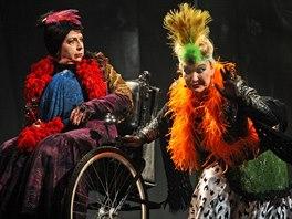 Veronika Forejtov� (vlevo) v divadeln� h�e Pozv�n� na z�mek.