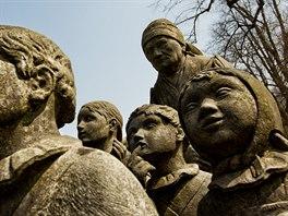Pomník Babička s dětmi od akademického sochaře Otto Gutfreunda v Babiččině...