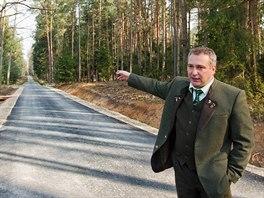 Ředitel hradeckých městských lesů Milan Zerzán ukazuje okruh pro cyklisty a...