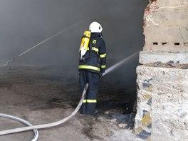 Požár skladovací haly v obci Libuň na Jičínsku. (2. 4. 2014)