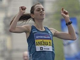 Anežka Drahotová v cíli Pražského půlmaratonu.