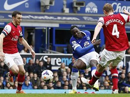 G�LOV� ST�ELA. Romelu Lukaku z Evertonu prop�lil obranu Arsenalu a m�n� sk�re.