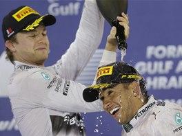 Nico Rosberg (vlevo) a Lewis Hamilton po Velké ceně Bahrajnu formule 1.