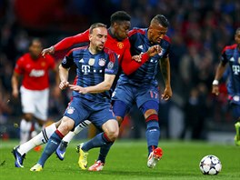 Útočník Danny Welbeck z Manchesteru United (v červeném) se snaží projít mezi...