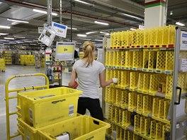 Kompletování položek probíhá ručně - slečna naskenuje zboží a systém řekne, do...