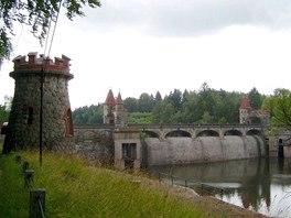 Přehrada Les Království - Levá strana přehrady, podle věžičky vede turistická