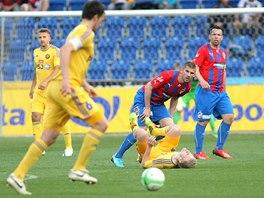 Jihlavský Šourek vyváží míč, sledují ho plzeňští záložníci Rezek a Horváth