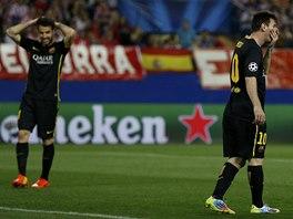 TOHLE NENÍ DOBRÉ. Cesc Fábregas a Lionel Messi (vpravo) z Barcelony reagují na