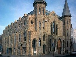Kostelu v Londýně vévodí masivní dřevěné dveře. V loftovém domě funguje i...