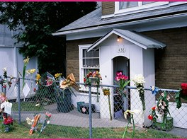 Po Edithině smrti nosili lidé k domku květiny a kondolence.