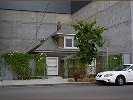 Současnou majitelkou je designérka Lois Mackenzie. Ta plánuje starý dům...