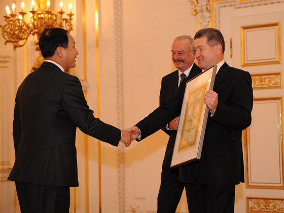 Ministr průmyslu a obchodu předává vítězům Národní ceny