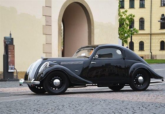 """�koda Popular Sport Monte Carlo z roku 1937. V letech 1936 a� 1938 bylo vyrobeno asi 70 kus� roadster�, kabriolet� a kup�tek pro """"civiln�"""" trh, pojmenovan�ch po slavn�m automobilov�m z�vod�."""