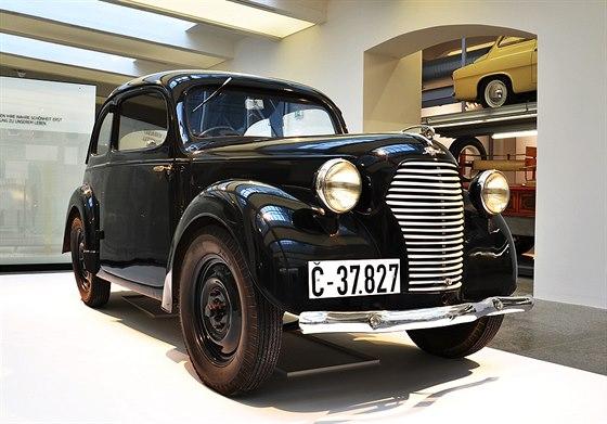 """�koda Popular 995 """"Lidu�ka"""" byla n�vratem popular� do kategorie lidov�ch voz�. V letech 1939 a� 1949, s kr�tkou p�est�vkou ve druh� polovin� v�lky, jich bylo  vyrobeno asi 1500 kus�."""