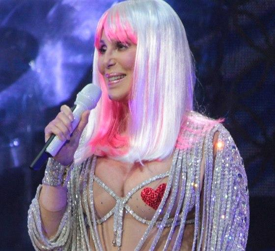 Cher se ani v 67 letech nezdráhá na jevišti odhalit.