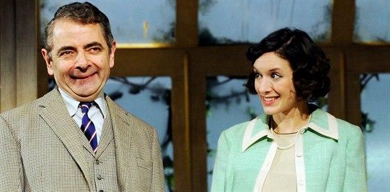 Rowan Atkinson a Louise Fordová v představení Quatermaine's Terms