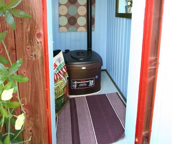 Velkokapacitní kompostovací toaleta Biolan, ideální pro venkovní toalety.