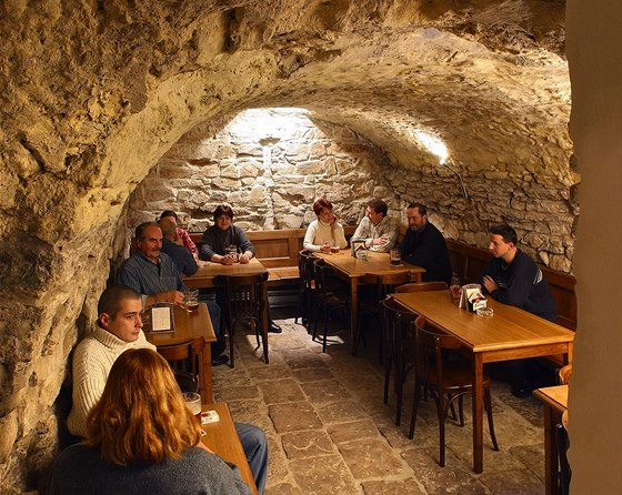 Interiér restaurace U Pinkasů - tady ani v parném létě horko není.