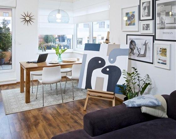 Rodinný jídelní stůl z teakového dřeva (Snell) nese stopy života rodiny (např.